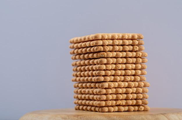 Beaucoup de délicieux craquelins frais sur une planche de bois.