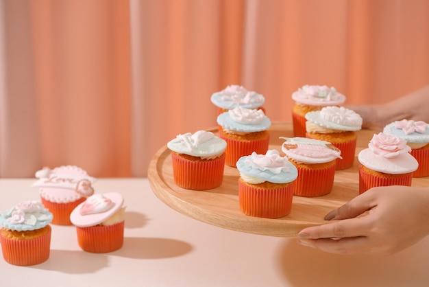 Beaucoup de délicieux cupcakes. cupcake d'amour doux de valentine sur la table sur le fond clair