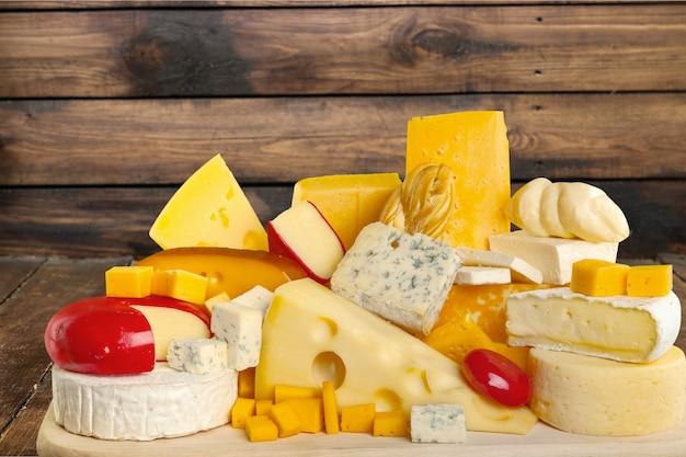 Beaucoup de délicieux fromages vieillis sur plaque de bois