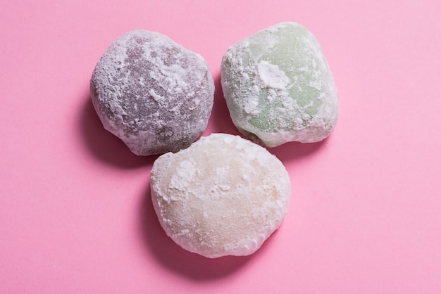 Beaucoup de dessert mochi sur table rose