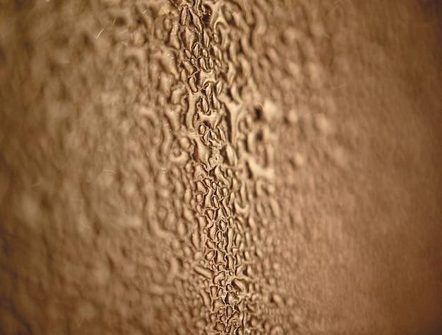 Beaucoup de différentes gouttes d'eau sur la surface métallique