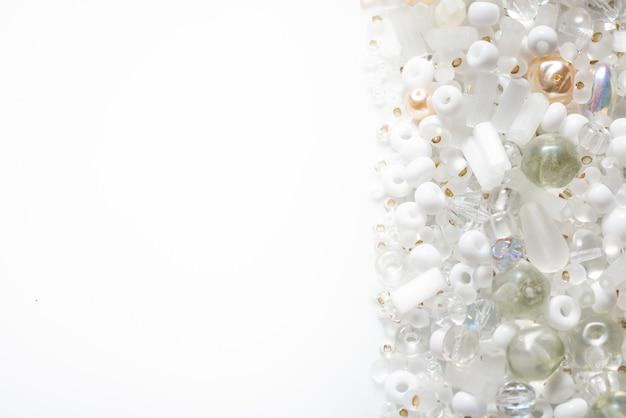 Beaucoup de différentes perles de verre et perles de rocaille, fond texturé