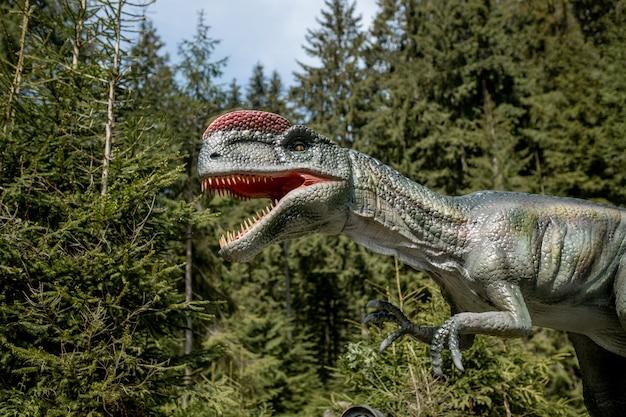 Beaucoup de dinosaures différents dans le parc.