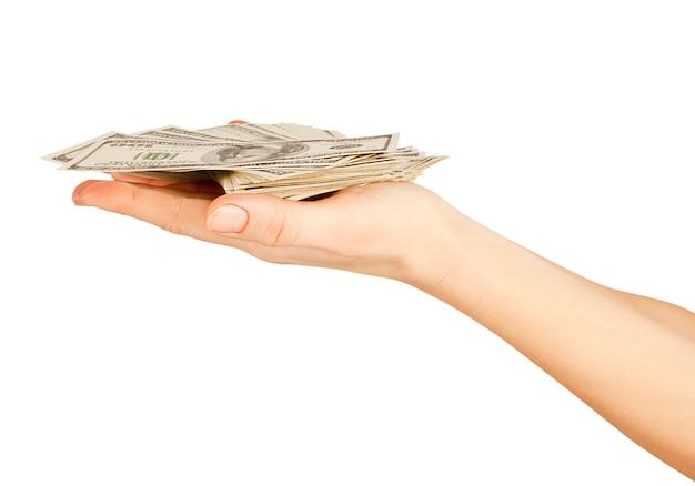 Beaucoup de dollars tombant sur la main de la femme avec des dollars