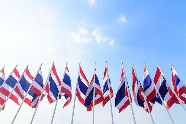 Beaucoup de drapeau thaïlandais au sommet du poteau