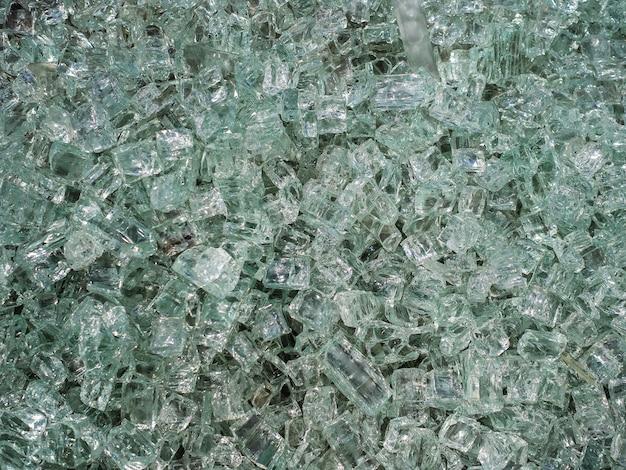 Beaucoup d'éclats tranchants de verre brisé. des éclats de verre brillent au soleil