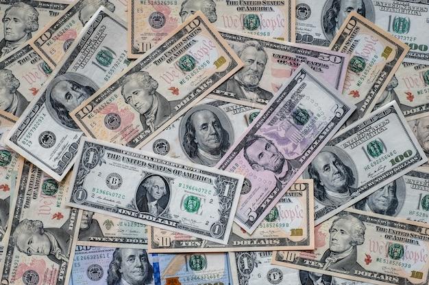 Beaucoup de fond de billets en dollars américains.