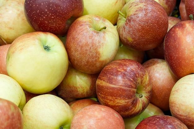 Beaucoup de fond de pommes rouges mûres savoureuses fraîches