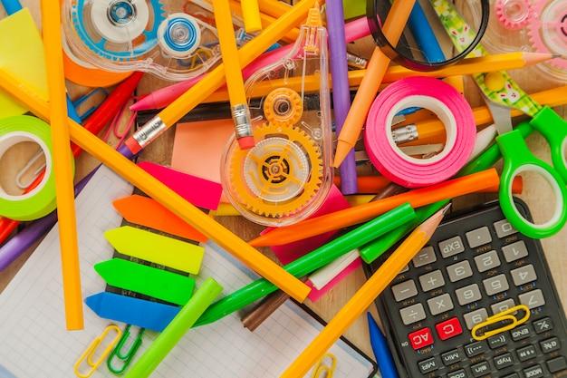 Beaucoup de fournitures scolaires