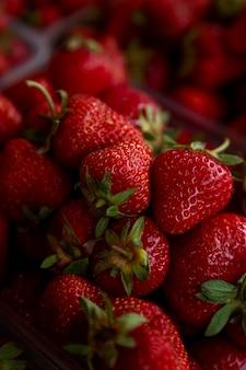 Beaucoup de fraises fraîches. vitamines et santé de la nature. fermer. verticale.