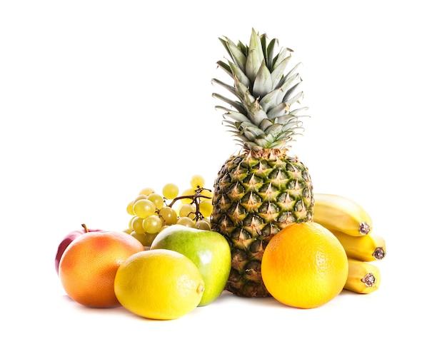 Beaucoup de fruits différents isolés sur blanc