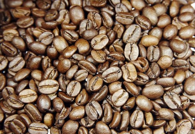 Beaucoup de grains de café torréfiés renversés