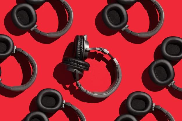 Beaucoup de grands colliers sur un concept de chanson et de musique de fond rouge