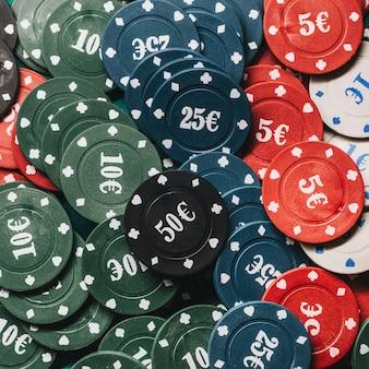 Beaucoup de jetons de poker avec gros plan icône euro
