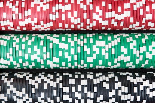 Beaucoup de jetons de poker sont placés horizontalement, vue de dessus.