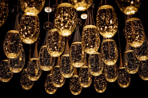 Beaucoup de lampes avec de l'eau à l'intérieur.