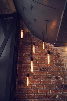 Beaucoup de lampes suspendues