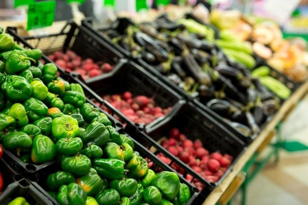 Beaucoup de légumes dans l'allée des fruits et légumes dans un supermarché
