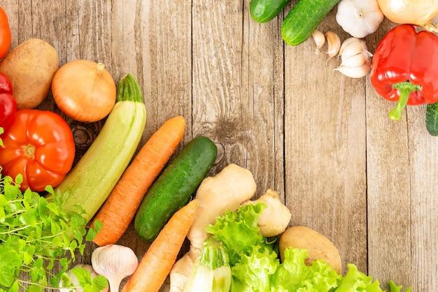 Beaucoup de légumes différents sur un bois avec une place pour la publicité