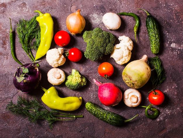 Beaucoup de légumes disposés sur la table