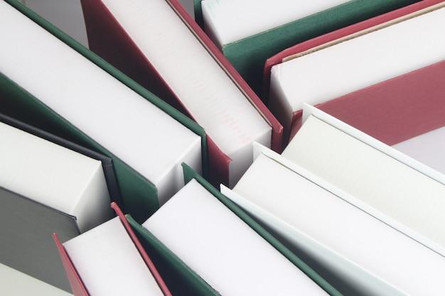 Beaucoup de livres colorés se tiennent sur l'étagère