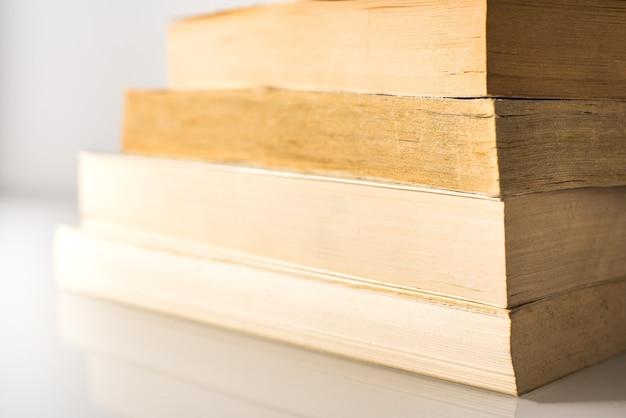 Beaucoup de livres empilés avec un fond blanc avec espace