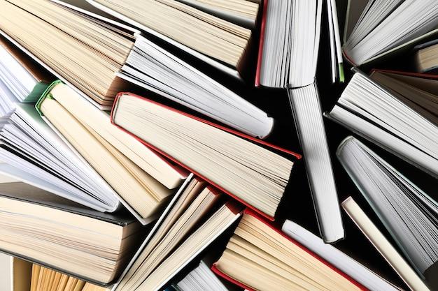 Beaucoup de livres sur fond entier, vue de dessus. concept d'étude