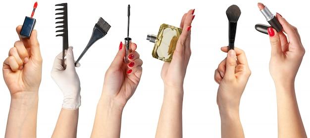 Beaucoup de mains avec des articles de maquillage