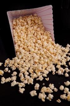 Beaucoup de maïs soufflé qui tombe d'une boîte