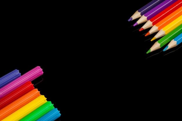 Beaucoup de marqueurs et crayons de couleurs assorties avec fond