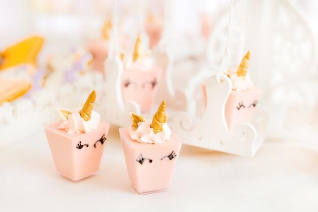 Beaucoup de mini gâteaux roses sucrés sous la forme d'une licorne
