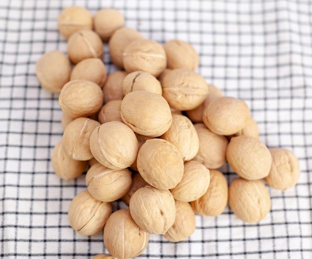 Beaucoup de noix entières sur un gros plan de serviette. aliments sains, biologiques et sains avec une teneur élevée en protéines et en protéines.