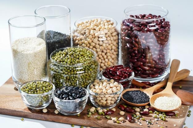 Beaucoup de noix et de graines de sésame sur un plancher en bois.