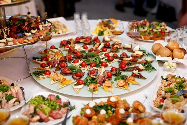 Beaucoup de nourriture et de collations sur la restauration événementielle