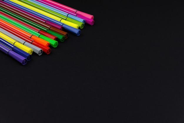 Beaucoup de nouveaux marqueurs multicolores sur fond noir