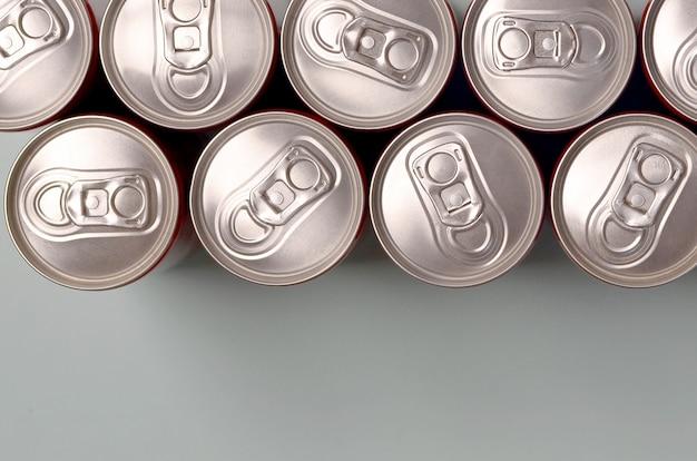 Beaucoup de nouvelles canettes en aluminium de soda ou de contenants de boissons énergisantes. concept de fabrication de boissons et production de masse
