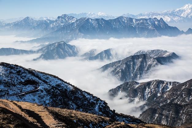 Beaucoup de nuages couvrant les montagnes