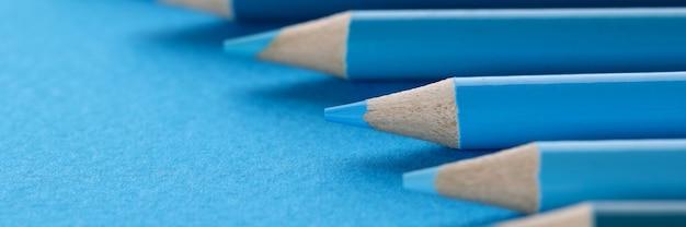 Beaucoup de nuances de gros plan de fond de crayons en bois bleu
