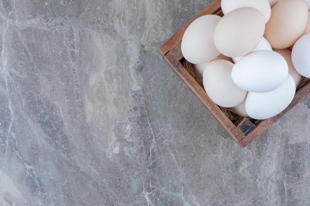 Beaucoup d'oeufs blancs de poulet frais sur panier. photo de haute qualité
