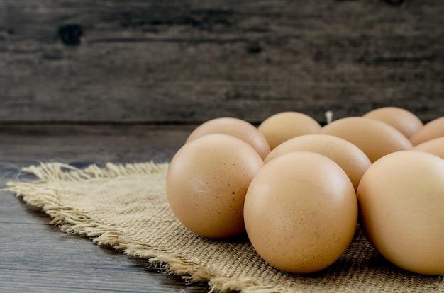 Beaucoup d'œufs de poule brune