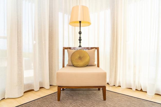 Beaucoup d'oreiller confortable sur l'intérieur de la décoration du canapé de la pièce