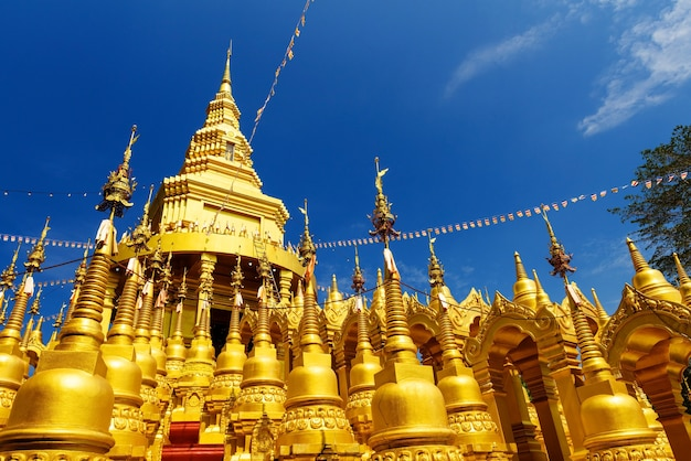 Beaucoup de pagodes d'or au wat pa sawang bun dans la province de saraburi, en thaïlande.