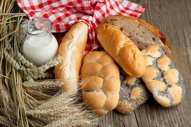 Beaucoup de pain avec du lait et des pointes