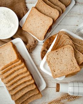Beaucoup de pain tranché sur la table