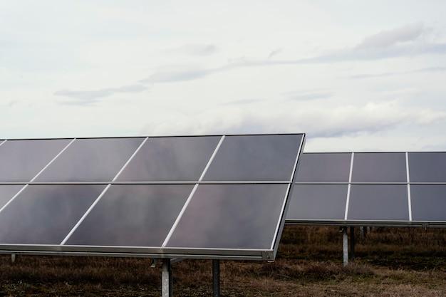 Beaucoup de panneaux solaires sur le terrain produisant de l'électricité avec copie espace