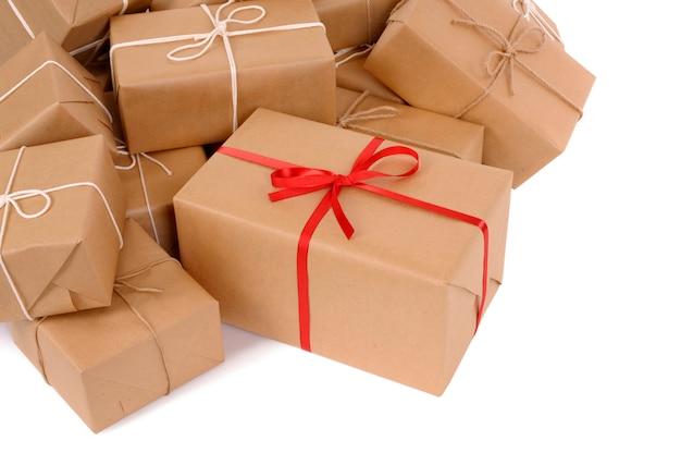Beaucoup de paquets de courrier avec cadeau