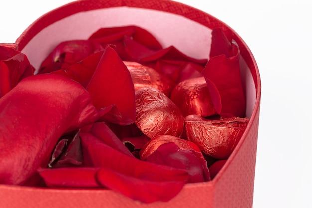 Beaucoup de pétales de rose à l'intérieur d'une boîte cadeau ouverte