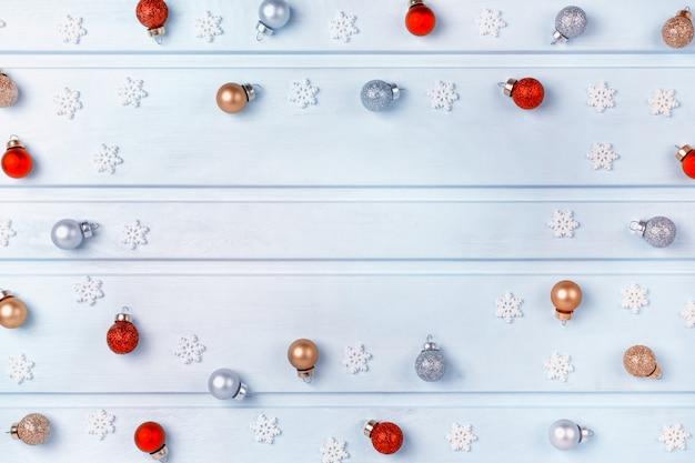Beaucoup de petites boules dorées, argentées et rouges.