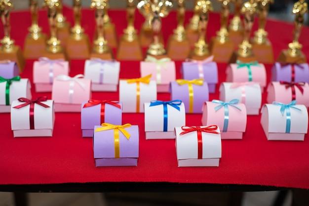 Beaucoup de petits coffrets cadeaux pour les concours d'anniversaire