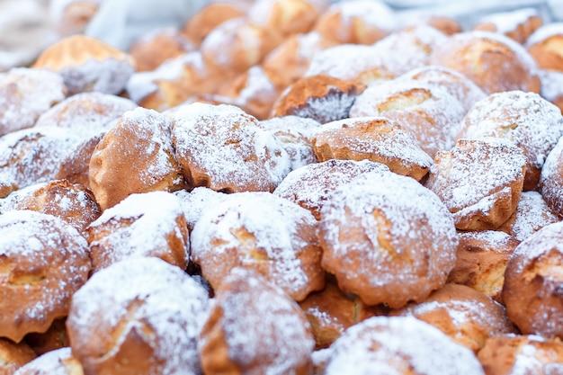 Beaucoup de petits muffins au miel. mise au point sélective, profondeur de champ